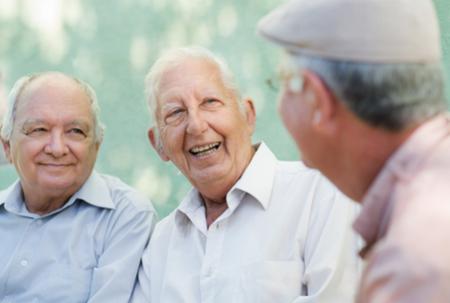 Drei alte Männer lachen miteinander