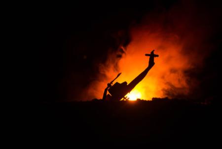 Abgestürzter Hubschrauber steht in Flammen